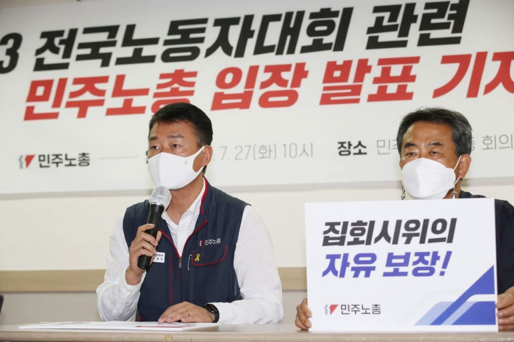 Yang Kyung-soo (L), head of the Korean Confederation of Trade Unions, speaks during a news conference in Seoul on Tuesday. (Yonhap)