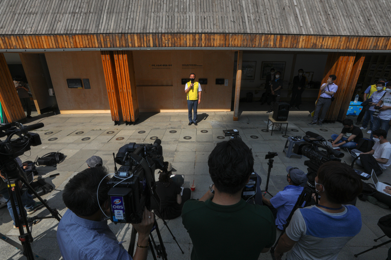 A representative of the family members of the victims of the Sewol ferry disaster speaks during a press conference outside a Sewol memorial hall at Gwanghwamun Square in Seoul on Tuesday. (Yonhap)