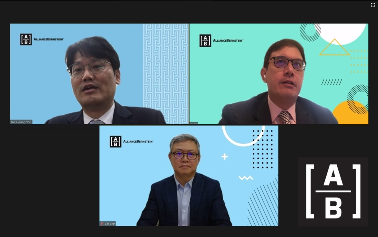 A screenshot shows a webinar on the outlook of global stocks and bonds market held by AllianceBernstein on Tuesday. Lee Chang-hyun (center), CEO of AllianceBernstein Asset Management Korea, moderated the sessions. Senior investment strategist David Wong (right) and Yoo Jae-heung, senior portfolio manager of fixed income at AllianceBernstein's Korean unit (left), participated as speakers. (AllianceBernstein)