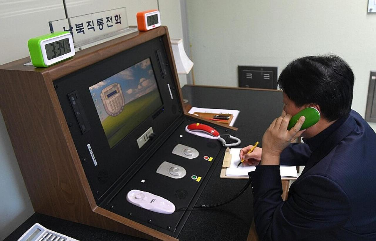 This file photo shows a South Korean official making a test call with North Korea on Jan. 1, 2018, via a hotline set up at an inter-Korean liaison office in the truce village of Panmunjom. (Yonhap)