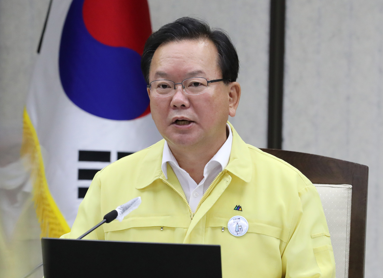 Prime Minister Kim Boo-kyum speaks during a COVID-19 response meeting held at the government complex in Sejong on Wednesday. (Yonhap)