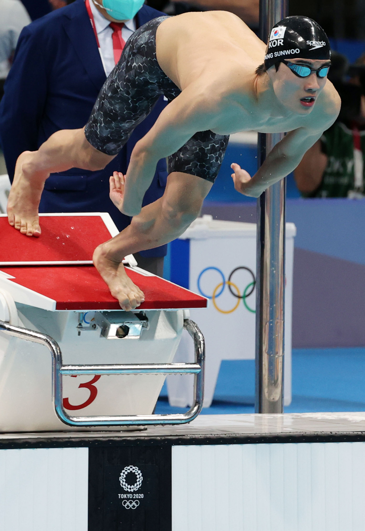 Hwang Sun-woo of South Korea jumps into the pool at Tokyo Aquatics Centre for the men's 100m freestyle semifinals at the Tokyo Olympics on Wednesday. (Yonhap)