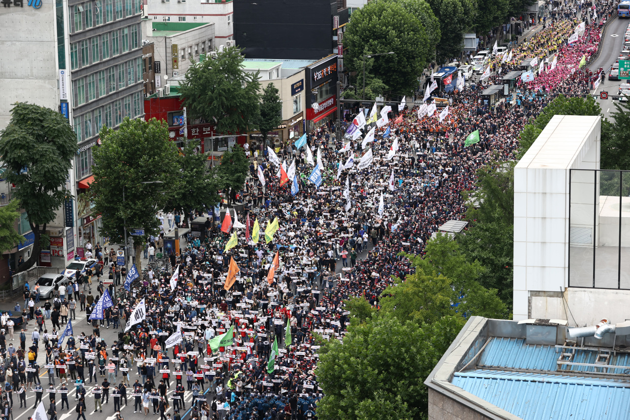 Members of the Korean Confederation of Trade Unions stage a rally in downtown Seoul early this month. (Yonhap)