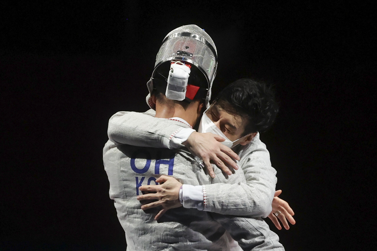 Oh Sang-uk of South Korea celebrates with teammate after winning gold. (Reuters)