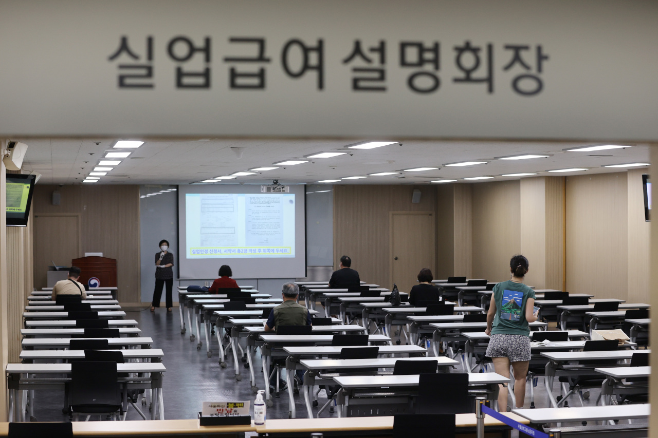 Applicants for unemployment benefits take a class at a regional office of the Employment and Welfare Plus Center in Seoul earlier this year. (Yonhap)
