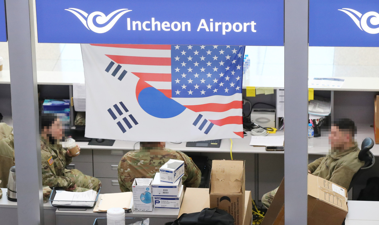 This file photo, taken Monday, shows US service members at Incheon airport, west of Seoul. (Yonhap)