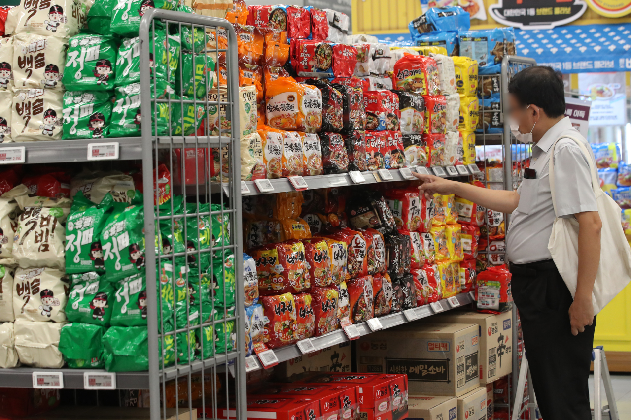 Insant noodles are being sold at a supermarket. (Yonhap)