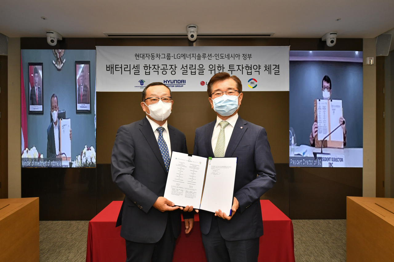 Hyundai Mobis President and CEO Cho Sung-hwan (left) and LG Energy Solution President and CEO Kim Jong-hyun pose at a signing ceremony at LG's headquarters in Seoul, on Wednesday. (Hyundai Motor Group)