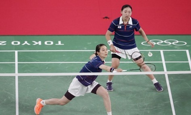 Kim So-yeong (L) and Kong Hee-yong of South Korea are in action against Mayu Matsumoto and Wakana Nagahara of Japan in the quarterfinals of the women's doubles badminton event at the Tokyo Olympics at Musashino Forest Sport Plaza in Tokyo on Thursday. (EPA-Yonhap)