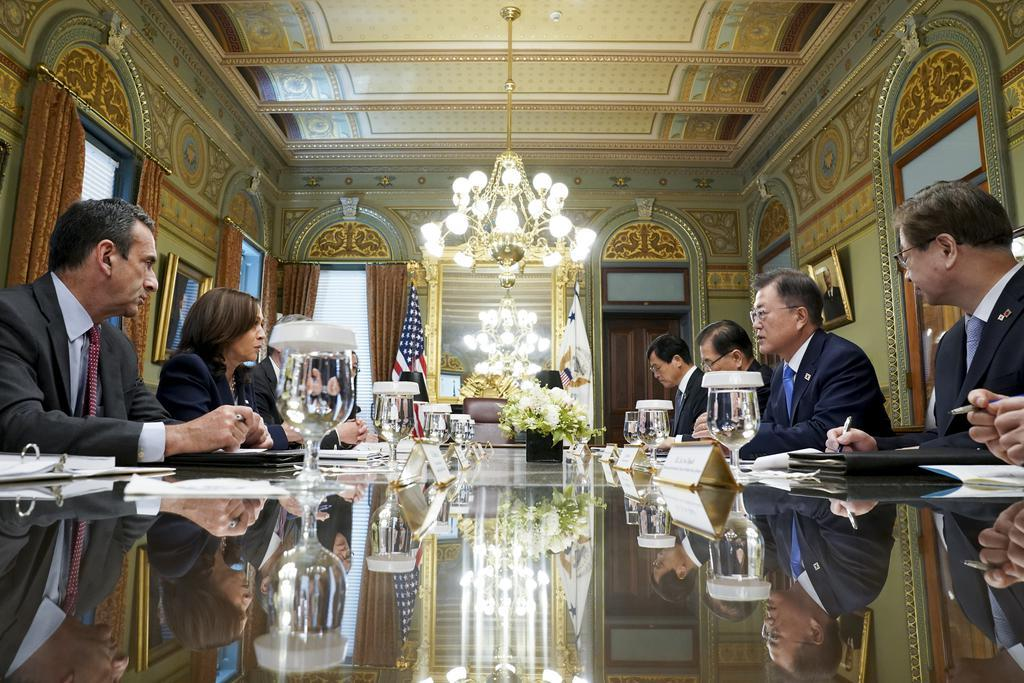 South Korean President Moon Jae-in (2nd from R) and US Vice President Kamala Harris (2nd from L) are seen holding talks in Washington in this file photo taken May 21, 2021. (Yonhap)