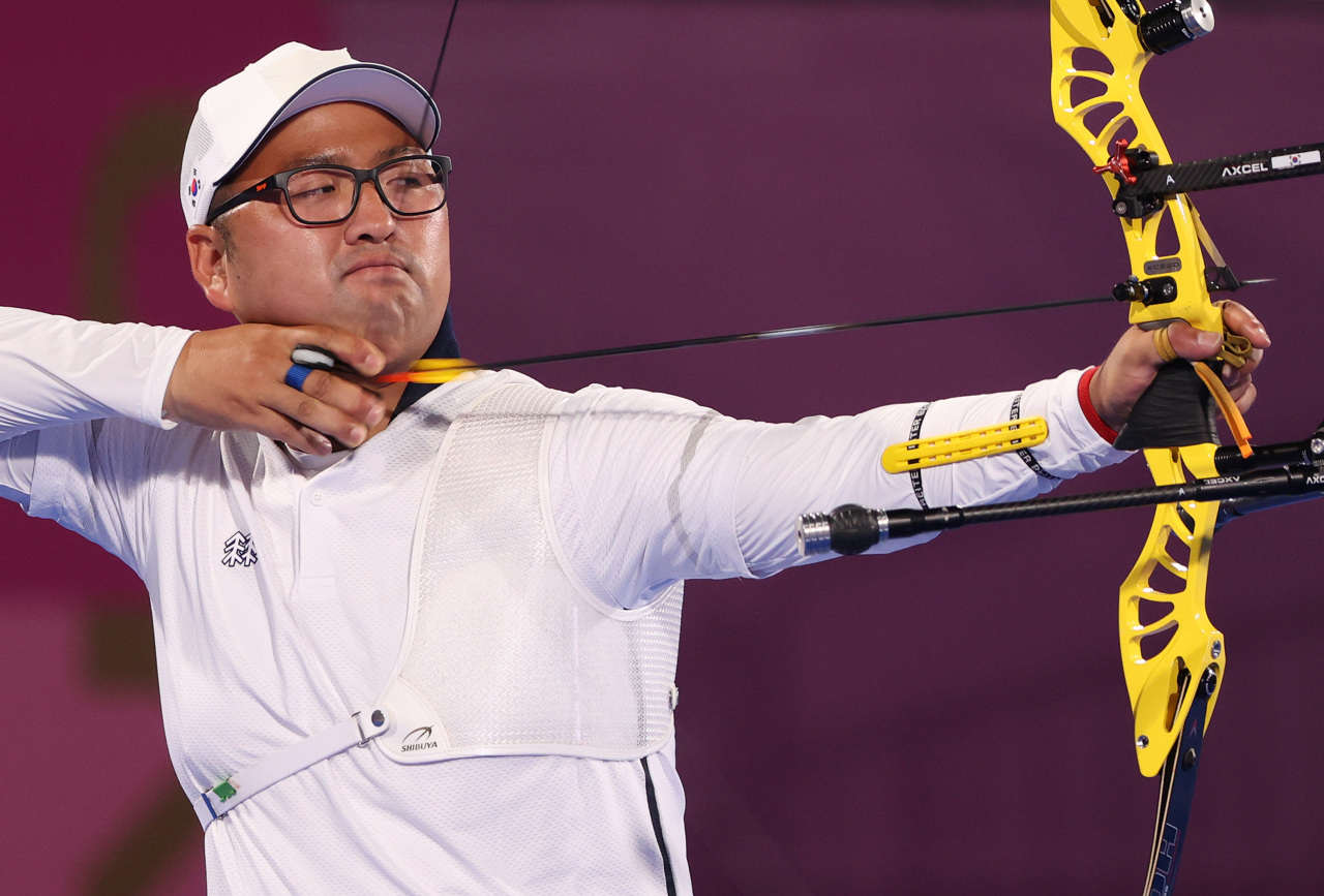 Kim Woo-jin of South Korea competes in the round of 64 in the men's individual archery event at the Tokyo Olympics at Yumenoshima Park Archery Field in Tokyo on Wednesday. (Yonhap)