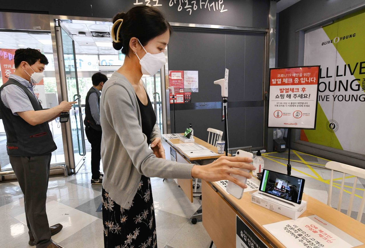 Supermarket chain Homeplus begins QR code scanning at all stores across the country Friday. (Yonhap)