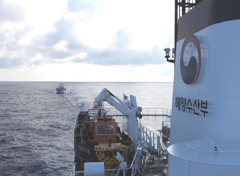A state-owned vessel rescues a South Korean fishing boat drifting in Russian waters in this photo released by the Ministry of Oceans and Fisheries on Friday. (Ministry of Oceans and Fisheries)