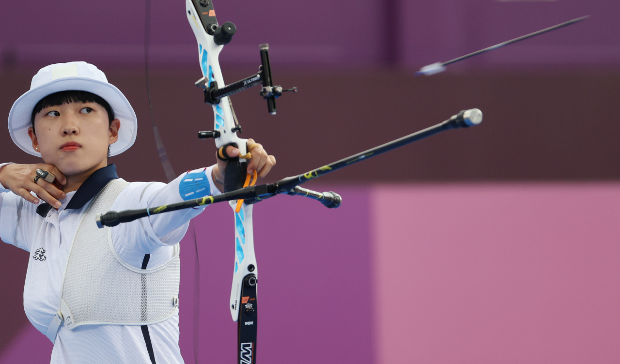 An San of South Korea shoots her arrow during the final of the women's individual archery event at the Tokyo Olympics at Yumenoshima Park Archery Field in Tokyo on Friday. (Yonhap)