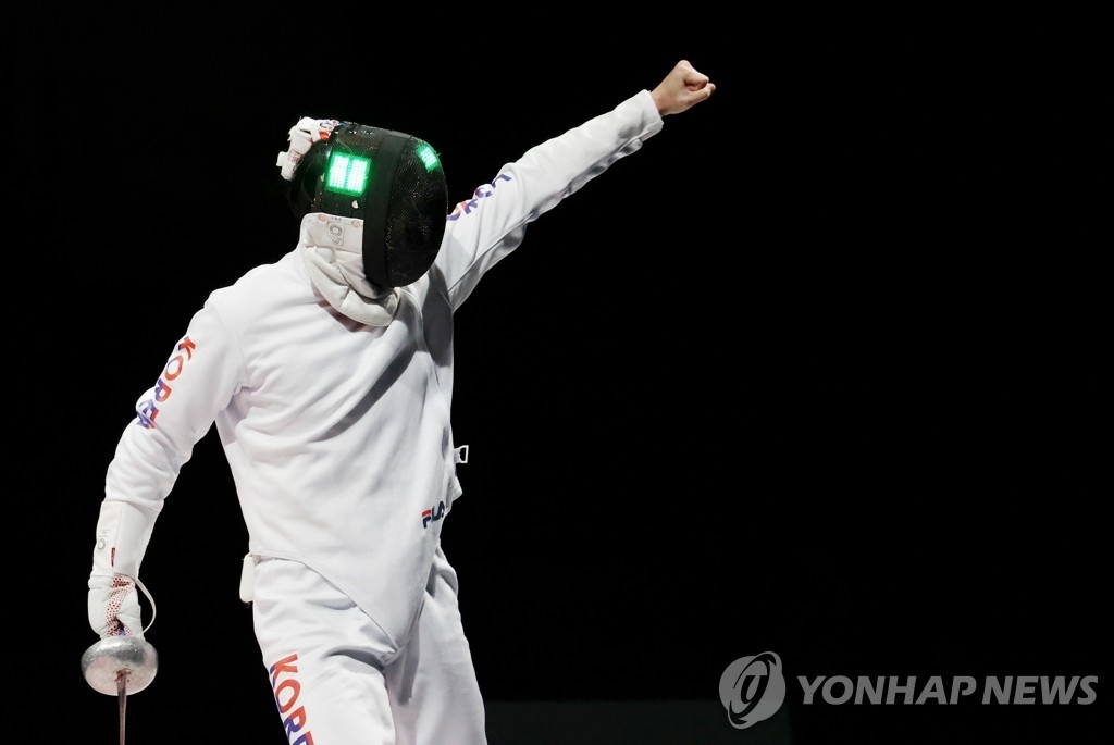 Song Jae-ho of South Korea celebrates a point against China during the bronze medal match of the men's epee team fencing event at the Tokyo Olympics at Makuhari Messe Hall B in Chiba, Japan, on July 30, 2021. (Yonhap)