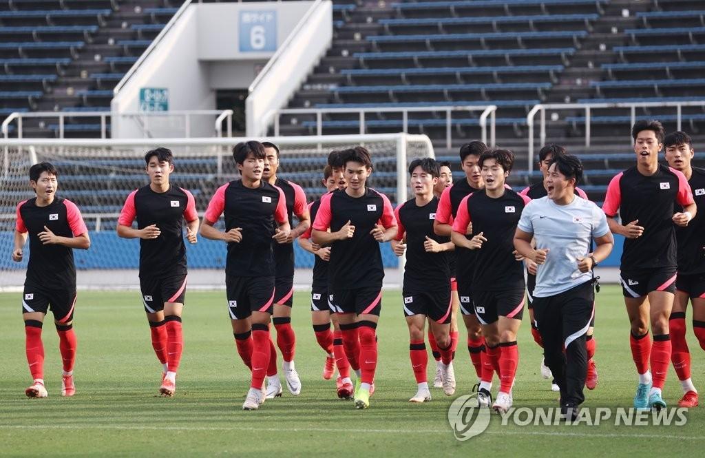 Members of the South Korean men's Olympic football team warm up before practice at Mitsuzawa Football Stadium in Yokohama, Japan, on July 30, 2021. (Yonhap)