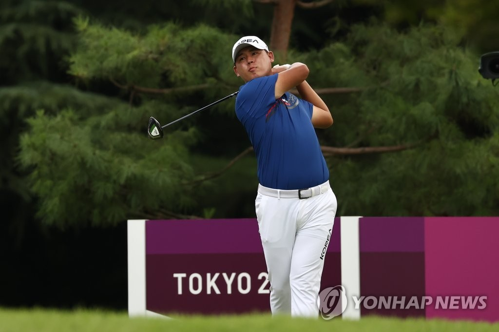 Kim Si-woo of South Korea hits a tee shot during the second round of the Tokyo Olympic men's golf tournament at Kasumigaseki Country Club in Saitama, Japan, on July 30, 2021. (Yonhap)