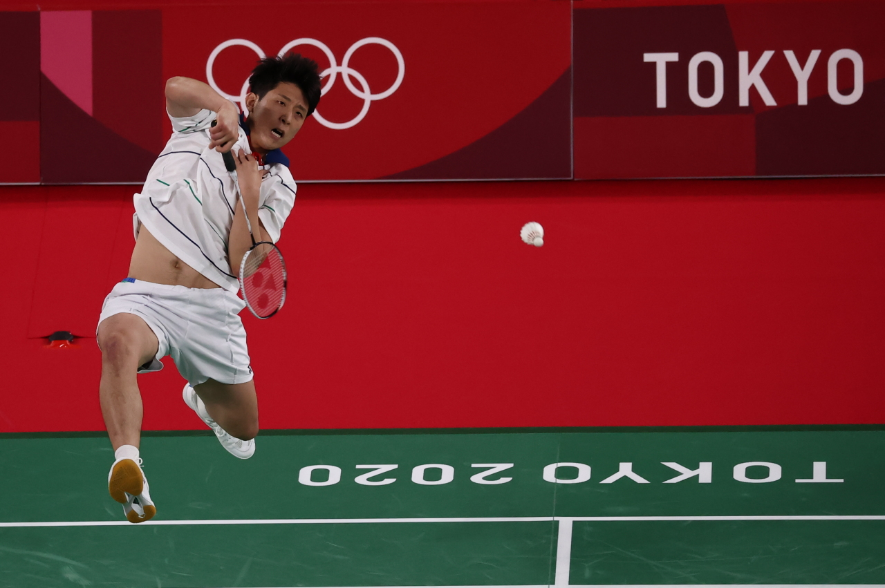 Heo Kawng-hee plays against Kevin Cordon of Guatemala in the quarterfinals of the men's badminton singles event at Musashino Forest Sport Plaza in Tokyo on Saturday. (Yonhap)