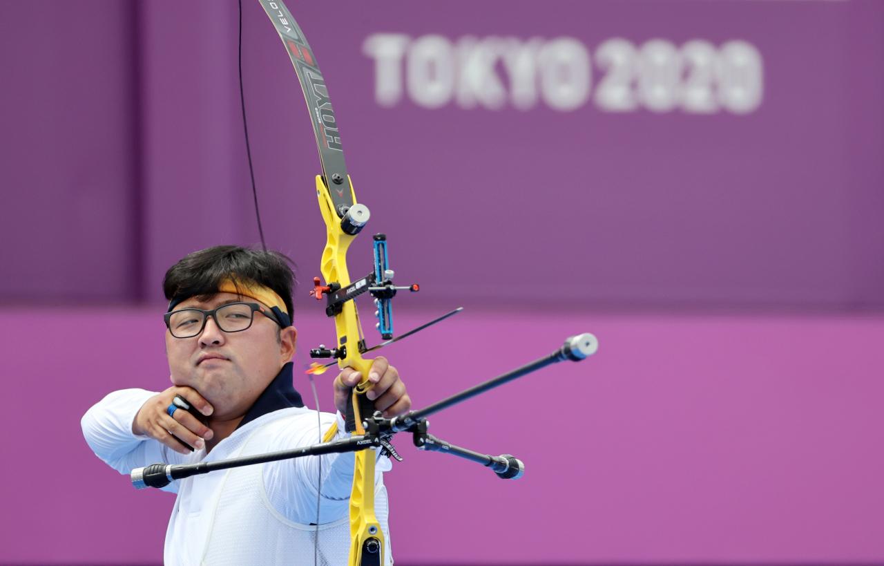 Kim Woo-jin shoots his arrow during the semi-final of the men's individual event at the Tokyo Olympics at Yumenoshima Park Archery Field in Tokyo on Saturday. (Yonhap)
