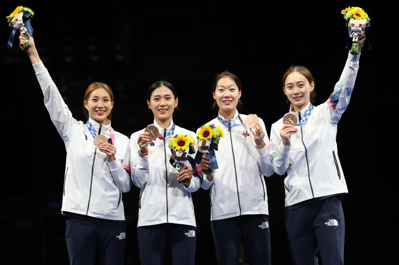 (From left) Choi Soo-yeon, Kim Ji-yeon, Seo Ji-yeon and Yoon Ji-su pose after a medal awarding ceremony at Makuhari Messe Hall B in Chiba, east of Tokyo, on Saturday. (Yonha)