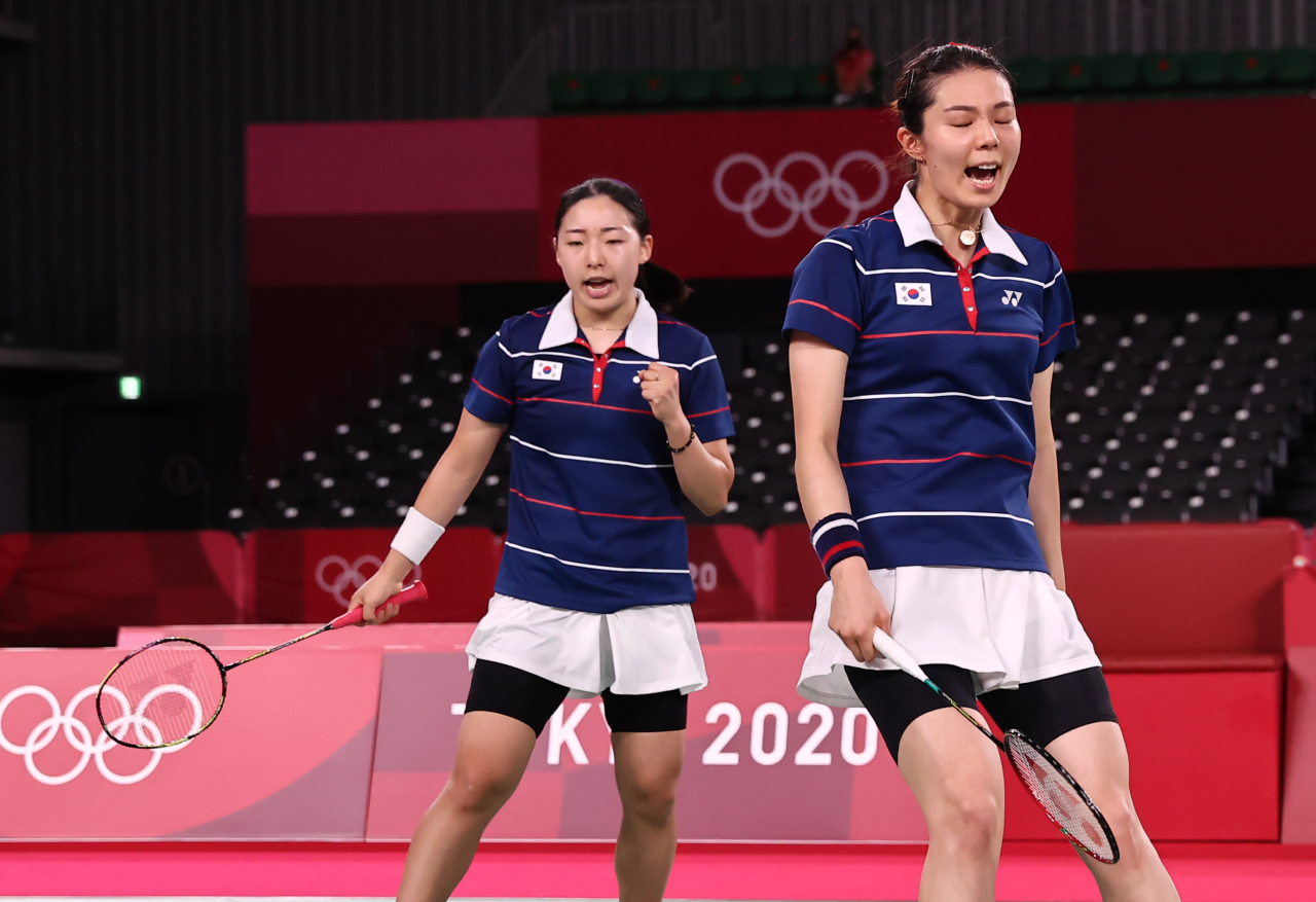 Kong Hee-yong (L) and Kim So-yeong of South Korea celebrate a point against Chen Qingchen and Jia Yifan of China in the semifinals of the women's doubles badminton event at the Tokyo Olympics at Musashino Forest Sport Plaza in Tokyo on Saturday. (Yonhap)