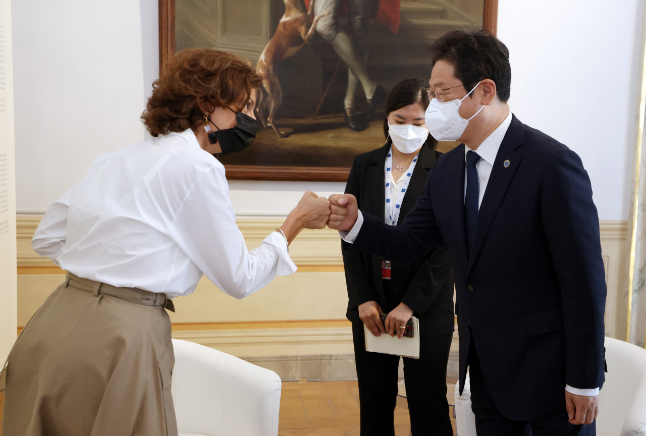 Culture Minister Hwang Hee meets with UNESCO Director-General Audrey Azoulay at Barberini Palace, Italy, on Friday. (Yonhap)