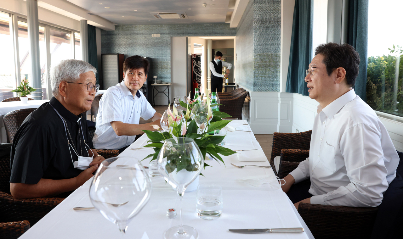 Culture Minister Hwang Hee visits Archbishop You Heung-sik on Saturday at a restaurant in Rome, Italy. (Yonhap)