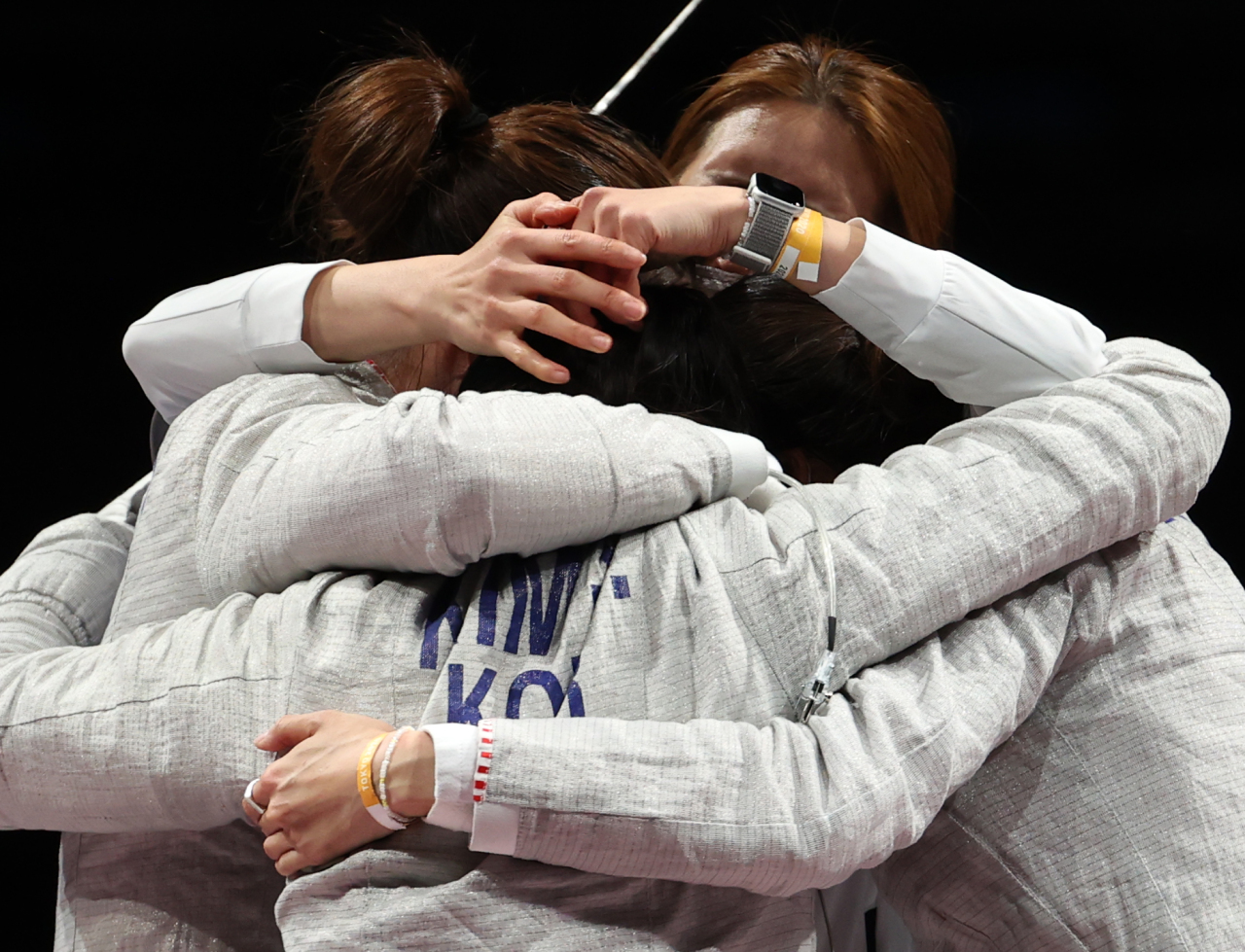 South Korean fencers Kim Ji-yeon, Yoon Ji-su, Choi Soo-yeon and Seo Ji-yeon celebrate their victory over Italy in the bronze medal match of the women's sabre team fencing event at the Tokyo Olympics at Makuhari Messe Hall B in Chiba, Japan, on Saturday. (Yonhap)