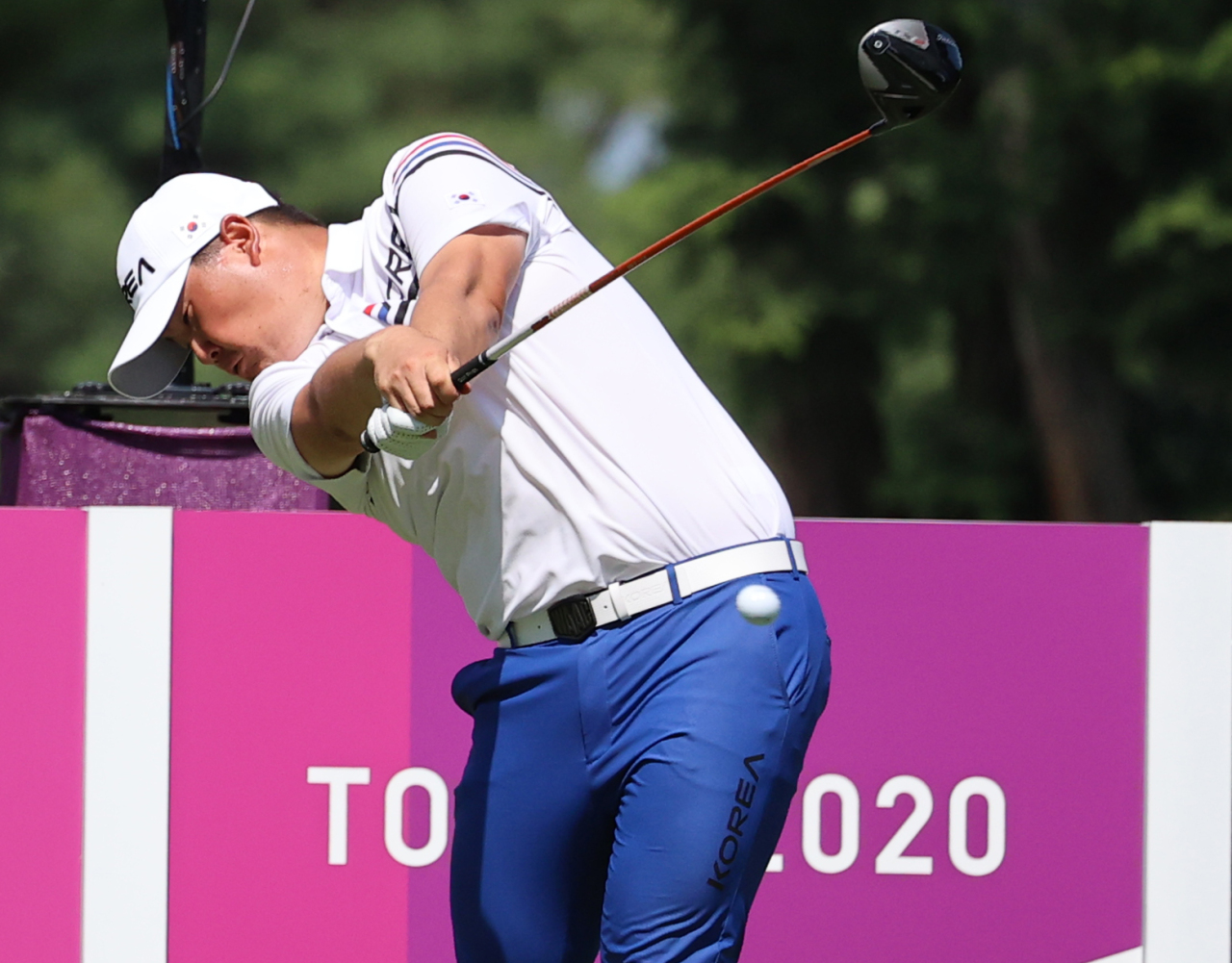 Im Sung-jae of South Korea watches his second shot on the 18th hole during the final round of the Tokyo Olympic men's golf tournament at Kasumigaseki Country Club in Saitama, Japan, on Sunday. (Yonhap)