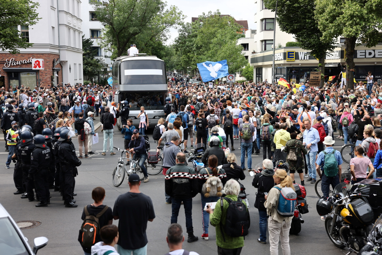 Demonstrators attend a protest against government measures to curb the spread of coronavirus disease (COVID-19) in Berlin, Germany August 1. (Reuters-Yonhap)