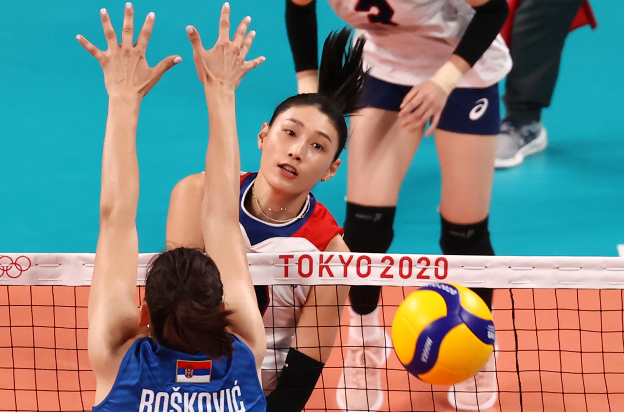 Kim Yeon-koung of South Korea (C) hits a spike past Tijana Boskovic of Serbia during the teams' Pool A match of the Tokyo Olympic women's volleyball tournament at Ariake Arena in Tokyo on Monday. (Yonhap)
