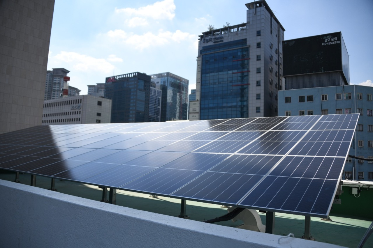 The Indonesian Embassy installs solar panels on the roof of the embassy building in Yeongdeungpo-gu. (Indonesian Embassy in Seoul)