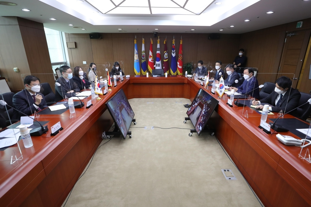 South Korea and Singapore hold defense strategy talks in Seoul on Monday, in this photo provided by the Kookbang Ilbo newspaper. (Kookbang Ilbo newspaper)