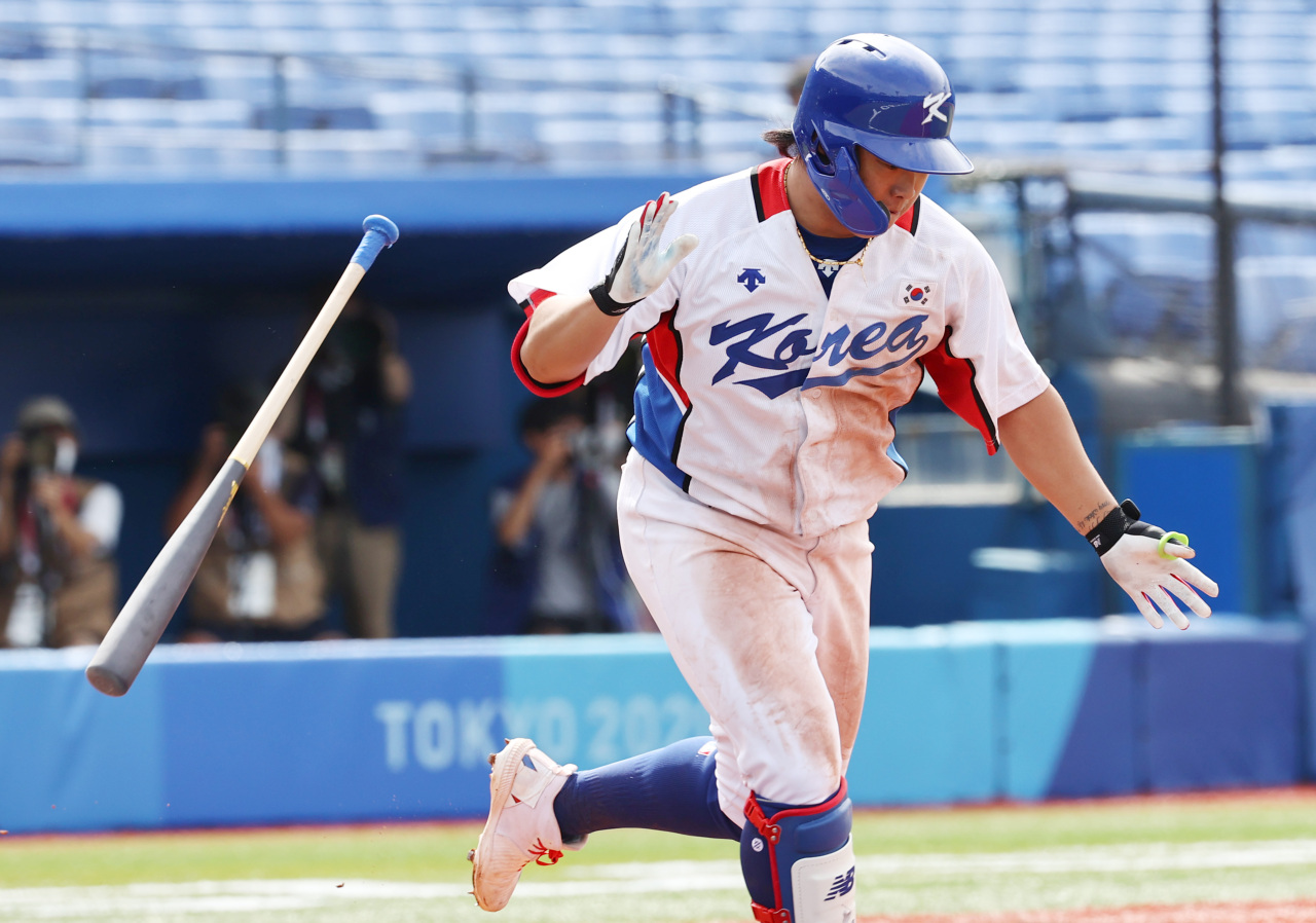 Kang Baek-ho of South Korea celebrates after hitting a two-run single against Israel in the bottom of the fifth inning of the teams' second-round game at the Tokyo Olympic baseball tournament at Yokohama Stadium in Yokohama, Japan, on Monday. (Yonhap)