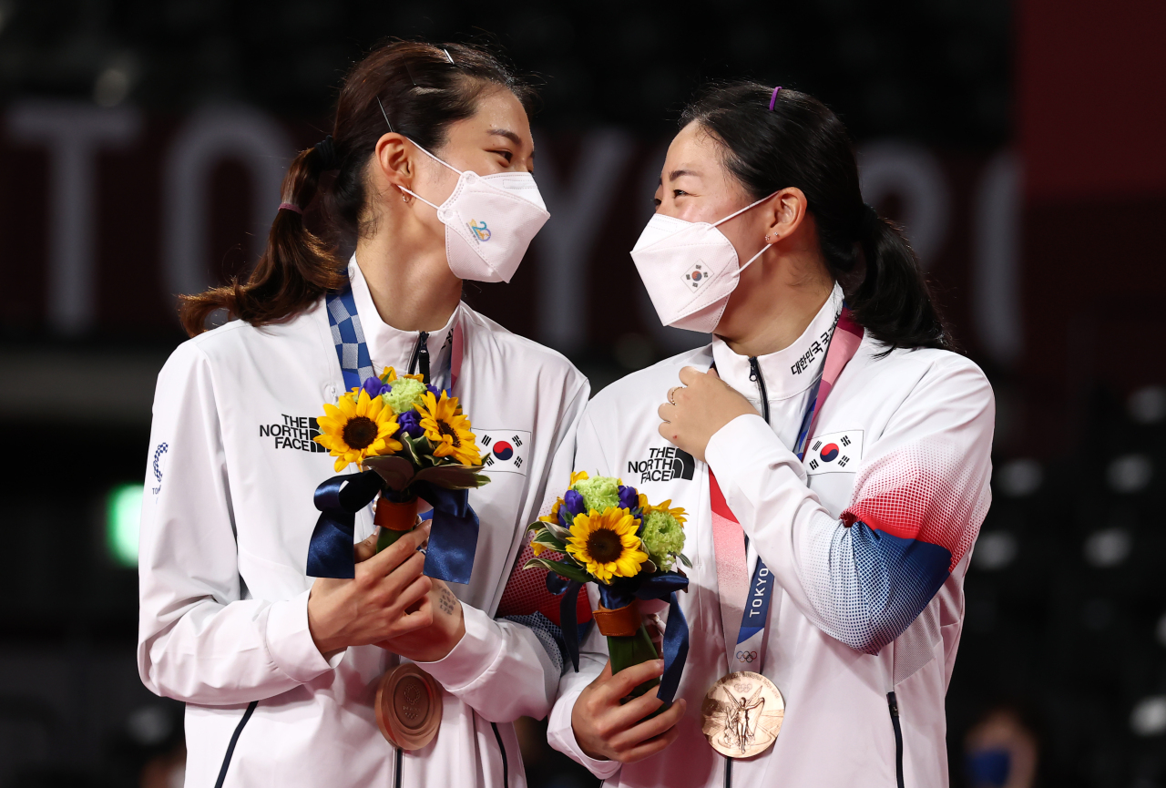 South Korean badminton players Kim So-yeong (L) and Kong Hee-yong smile during the medal ceremony after winning bronze medal in the women's doubles at the Tokyo Olympics at Musashino Forest Plaza in Tokyo on Monday. (Yonhap)