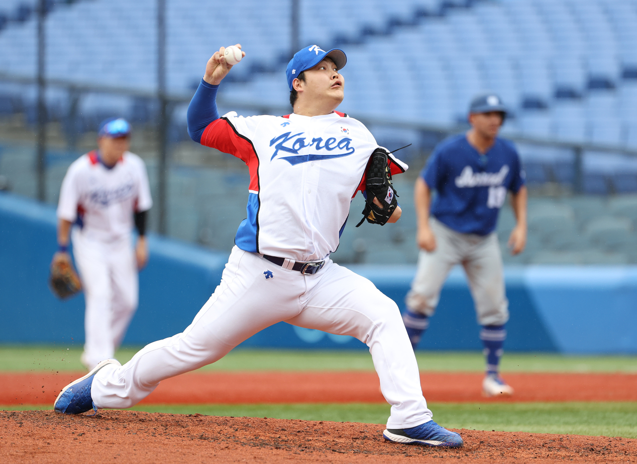 Cho Sang-woo of South Korea pitches against Israel in the top of the fifth inning of the teams' second-round game at the Tokyo Olympic baseball tournament at Yokohama Stadium in Yokohama, Japan, on Monday. (Yonhap)