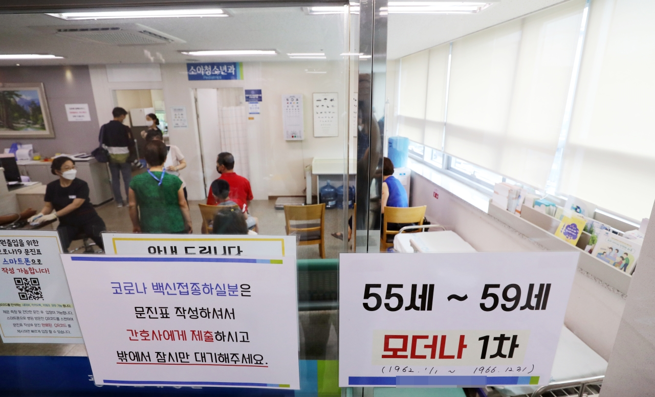Photo shows a clinic in northern Gwangju, where first doses of Moderna's COVID-19 vaccine are being offered to 55- to 59-year-olds. People in this age cohort became eligible for their first COVID-19 shots on Monday. (Yonhap)
