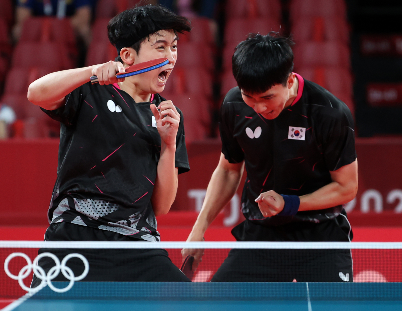 Men's table tennis players Jeoung Young-sik (left)and Lee Sang-su during a match against Brazil (Yonhap)