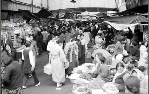 A view of Namdaemun Market in downtown Seoul in 1972 (National Archives of Korea)