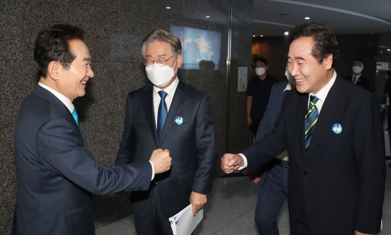 Rep. Chung Sye-kyun (left), Gyeonggi Province Gov. Lee Jae-myung and Rep. Lee Nak-yon (right) greet each other ahead of the Democratic Party's televised debate on July 28. (Yonhap)