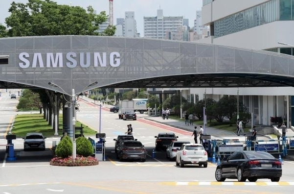 This undated file photo shows the entrance of Samsung Electronics' plant and R&D center in Suwon, just south of Seoul. (Yonhap)