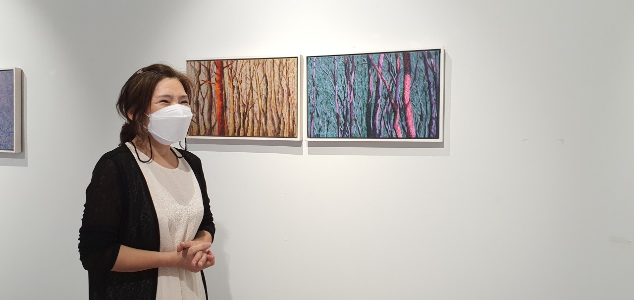 Artist Kim Bok-shin explains her work at Gallery Soyi on July 30. (Kim Hae-yeon/The Korea Herald)