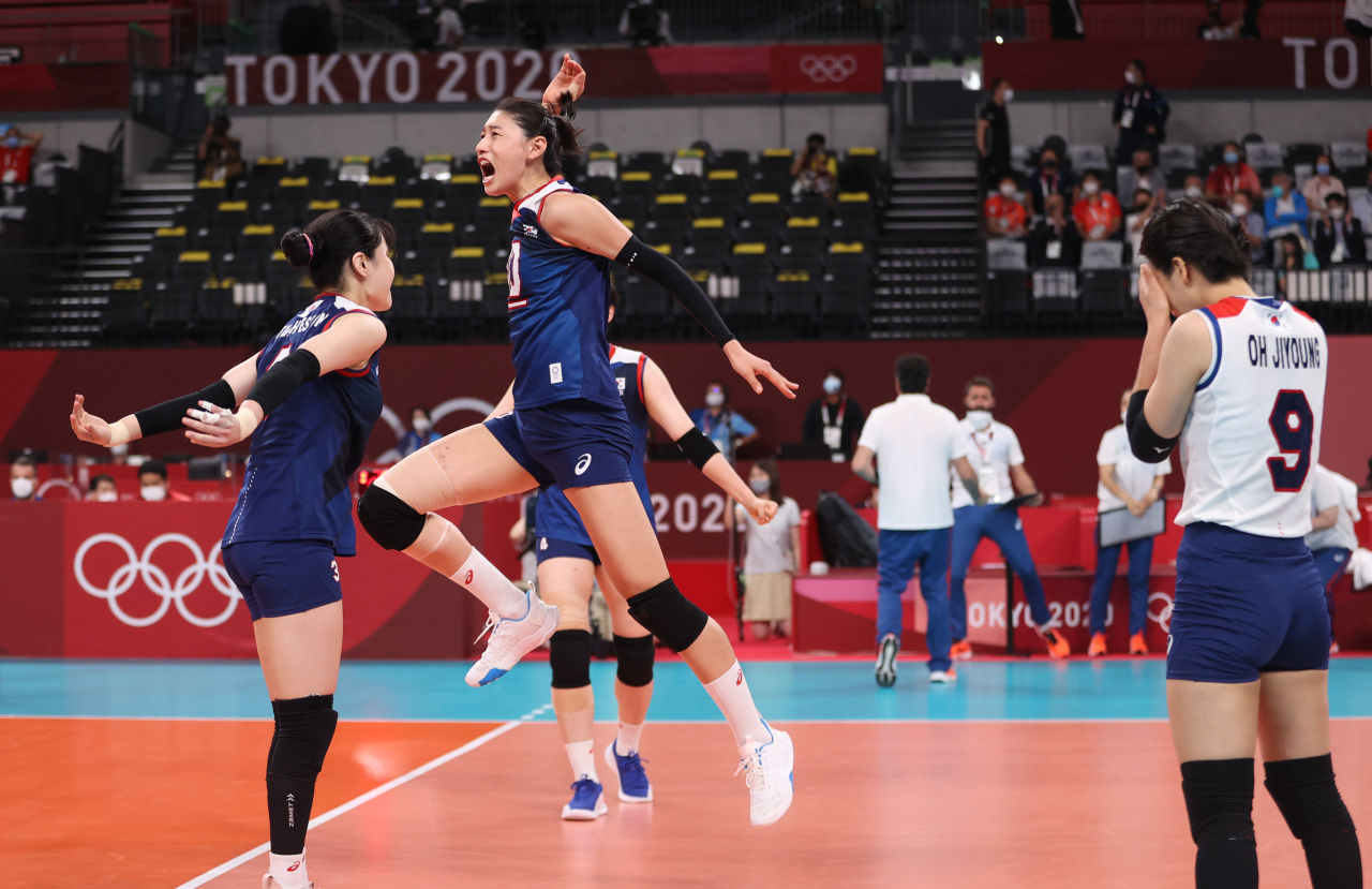 South Korean players celebrate a point against Turkey in the quarterfinals of the Tokyo Olympic women's volleyball tournament at Ariake Arena in Tokyo on Wednesday. (Yonhap)