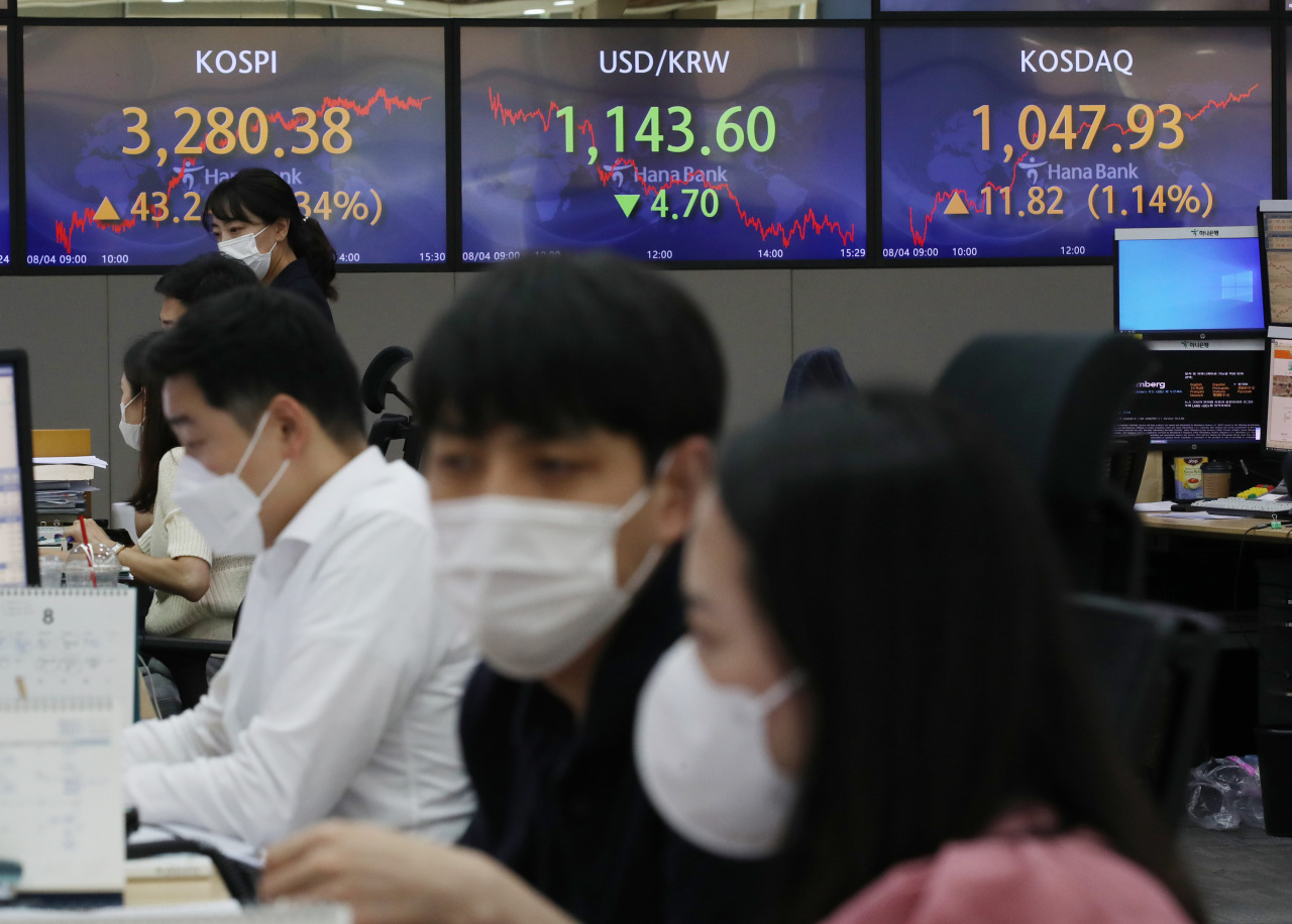 The benchmark Korea Composite Stock Price Index (Kospi) figures are displayed at a dealing room of a local bank in Seoul, Wednesday. (Yonhap)