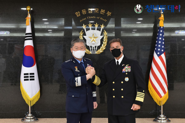 South Korea's Joint Chiefs of Staff (JCS) Chairman Gen. Won In-choul (L) poses for a photo with Adm. John Aquilino, commander of the US Indo-Pacific Command, during their meeting in Seoul on June 3, 2021, in this photo released by the JCS. (JCS)