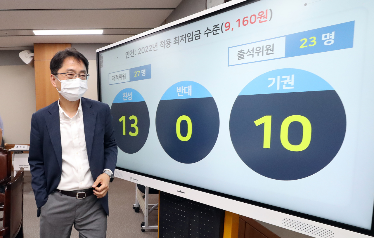 Park Joon-shik, head of the Minimum Wage Commission, exits a press conference at the government complex in Sejong on July 13 after completing negotiations for next year's minimum wage rate. The commission voted 13-0 to pass a proposal to set next year's minimum hourly wage at 9,160 won. (Yonhap)