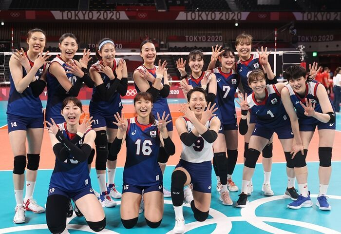 Members of the South Korean women's volleyball team celebrate their victory over Turkey in the quarterfinals of the Tokyo Olympic women's volleyball tournament at Ariake Arena in Tokyo on Wednesday. (Yonhap)
