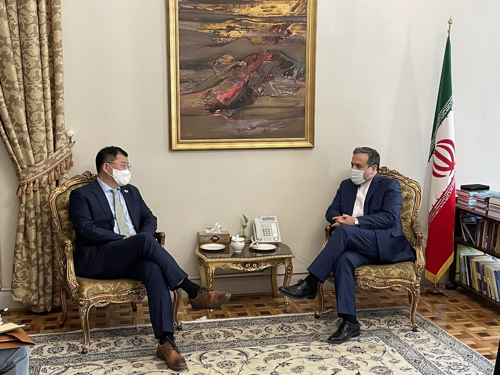 First Vice Foreign Minister Choi Jong-kun (L) and his Iranian counterpart, Abbas Araghchi, hold talks in Tehran on Wednesday, in this photo provided by the foreign ministry. (Foreign Ministry)