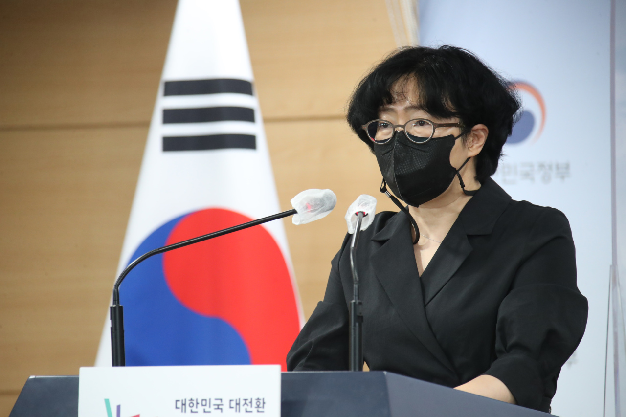 Co-chairperson of the Presidential Committee on Carbon Neutrality Yun Sun-jin speaks during a press briefing on the committee's three scenarios for achieving carbon neutrality by 2050 at the government complex in Seoul on Thursday. (Yonhap)