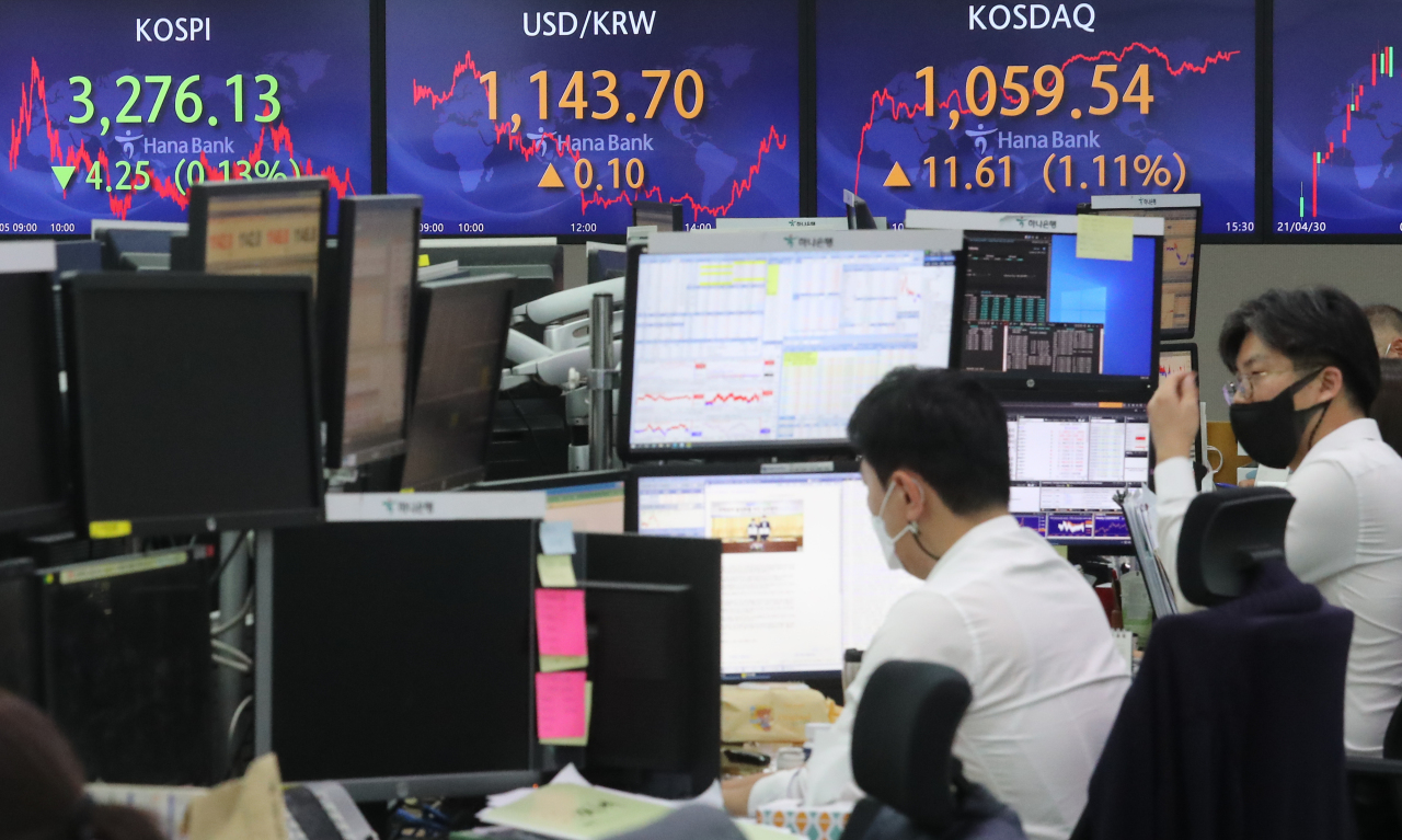 Electronic signboards at the trading room of Hana Bank in Seoul show the benchmark Kospi closed at 3,276.13 on Thursday, fell 4.25 points or 0.13 percent from the previous session's close. (Yonhap)